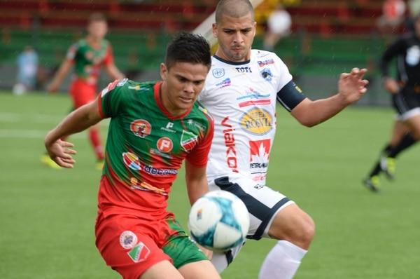 Suhander Zúñiga (derecha) cubre la pelota ante la marca de Jean Carlo Agüero. FOTO: Diana Méndez.