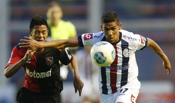 Enzo Beloso (izq) de Newell's Old Boys lucha el balón con Franco Jara de San Lorenzo durante un partido en el torneo anterior en Argentina.   ARCHIVO