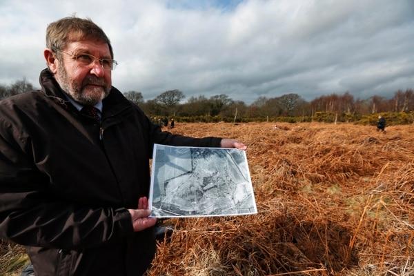 Graham Burgess, del consejo local Hampsire, muestra una fotografía aérea del campo en1951.