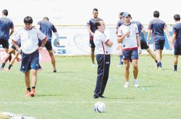 El técnico interino Rolando Cadáver Villalobos entrenó ayer al Cartaginés tras la destitución de Odir Jacques. | MANUEL VEGA