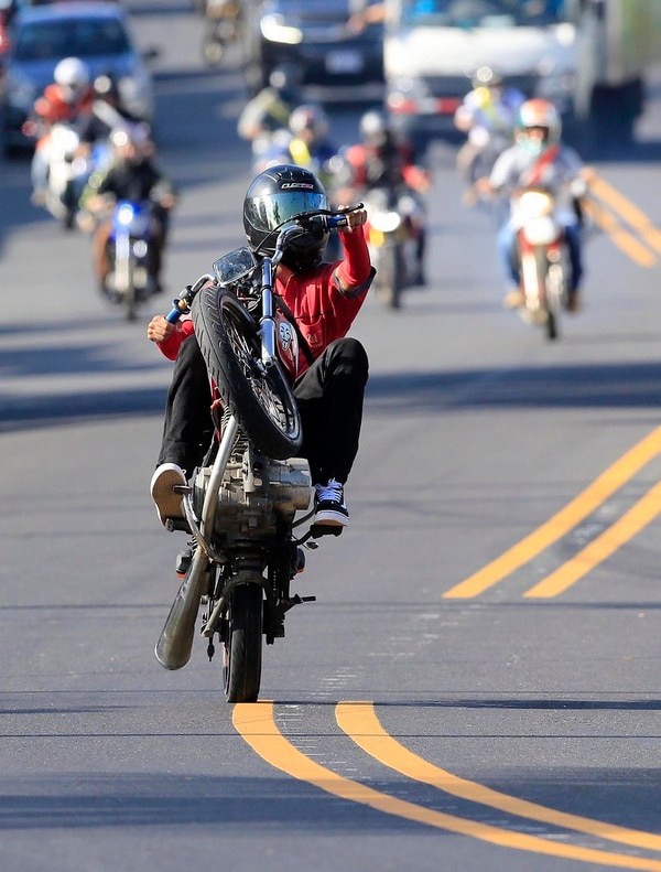 Un conductor en Desamparados aprovecha la recta para realizar una maniobra temeraria. Foto: Rafael Pacheco