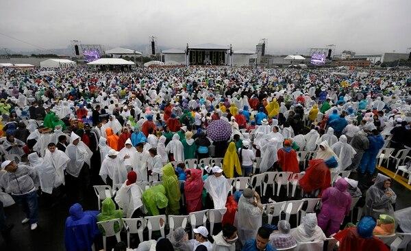 Cientos de colombianos esperaron bajo la lluvia al Papa Francisco