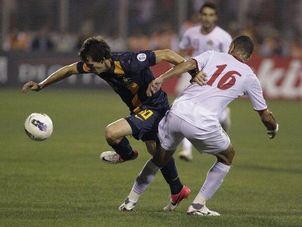 El jordano Basem Fathi, anotador de un gol en la victoria 2-1 ante Australia, es marcado por Robbie Cruse.   AP