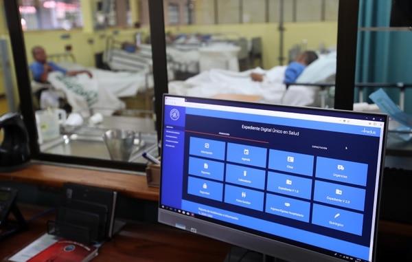 El módulo de visita hospitalaria, incluido en el expediente digital, permite al personal de salud, como médicos o enfermeras, tener acceso a toda la historia clínica del paciente registrada en Ebáis o en otros servicios hospitalarios por medio de una tableta. GRACIELA SOLÍS