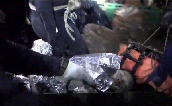 Uno de los niños atrapados en una cueva en Tailandia durante la operación para sacarlo.