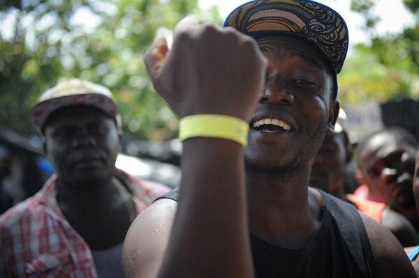 El haitiano Joel Marc muestra el brazalete con un número que le colocaron en el albergue ubicado en el cruce a Santa Cecilia, en La Cruz.