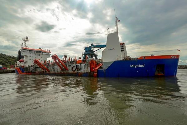 La embarcación tiene capacidad para dragar en superficies de hasta 70 metros de profundidad. Fotografía: Alonso Tenorio