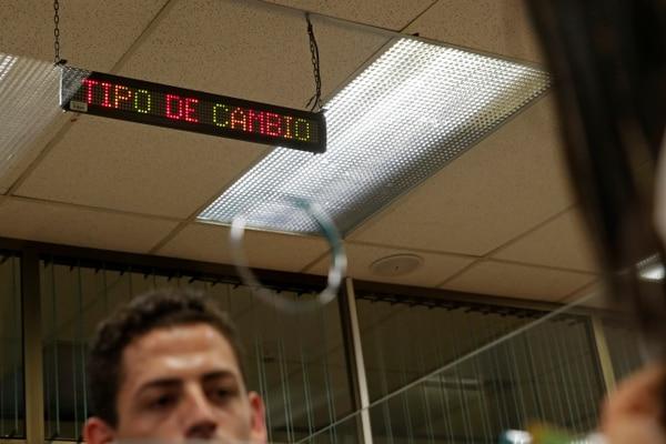 Actualmente las entidades anuncian sus tipos de cambio en ventanilla, pero éstos generalmente se aplican a clientes pequeños. Quienes compran mayores cantidades de divisas pueden negociar otro tipo de cambio. Fotos: Mayela López