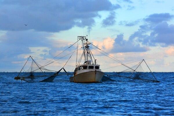 Barco con redes a los costados para el arrastre en el fondo marino. Foto: Shutterstock