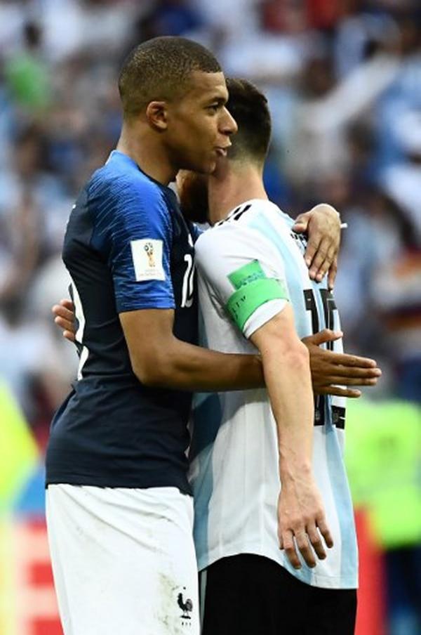 Nueva generación. El talentoso joven francés, Kylian Mbappé, saluda al astro argentino Lionel Messi, luego del final del partido entre Francia y Argentina. El delantero galo se perfila como uno de los nuevos talentos que podrían competir por un Balón de Oro en el futuro cercano. Fotografía: AFP