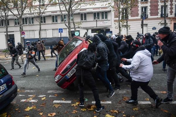 Un grupo de personas volcaron un vehículo cerca de Place d'Italie, en París, durante una protesta del movimiento de los 'chalecos amarillos' este sábado 16 de noviembre del 2019.