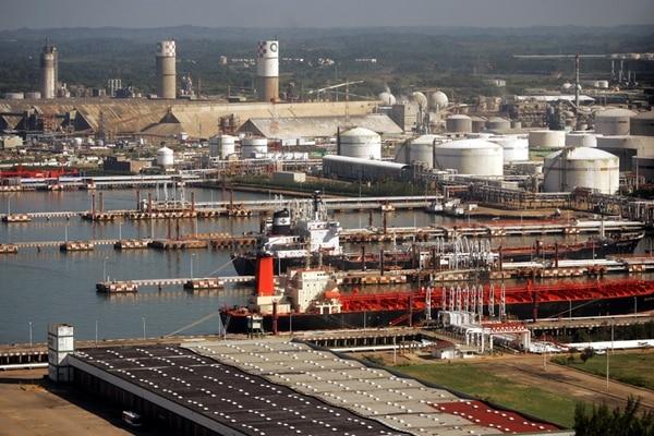 Complejo petroquímico de Pemex en Veracruz, México. Las exportaciones de crudo mexicano se ven afectadas por los bajos precios. | AP