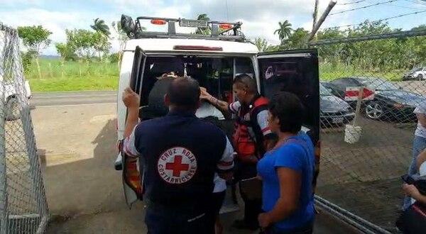 Los menores fueron atendidos por socorristas de la Cruz Roja en primera instancia. Foto: Edgar Chinchilla