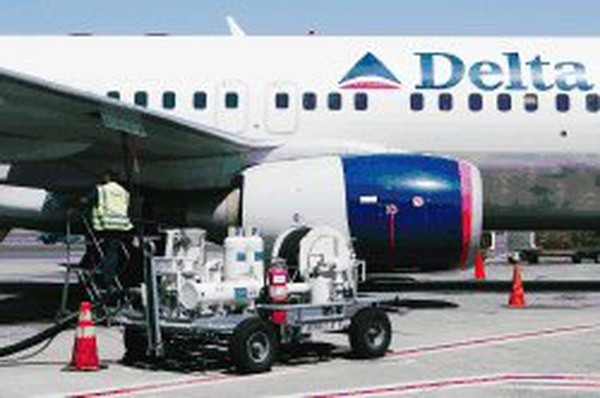 En el 2019, el subsidio a otros combustibles mediante el precio del 'jet fuel' significó un promedio de ¢8,12 por litro por Costa Rica. En la foto la carga de combustible en el aeropuerto de Oakland, Estados Unidos. Foto: AFP
