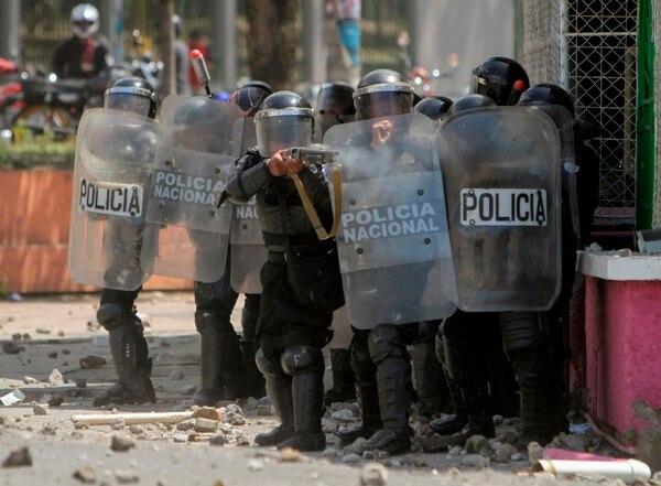 Policías disparan balas de goma contra estudiantes que tomaron las calles para protestar por las reformas del gobierno en el Instituto de Seguridad Social (INSS), en Managua. Foto: AFP