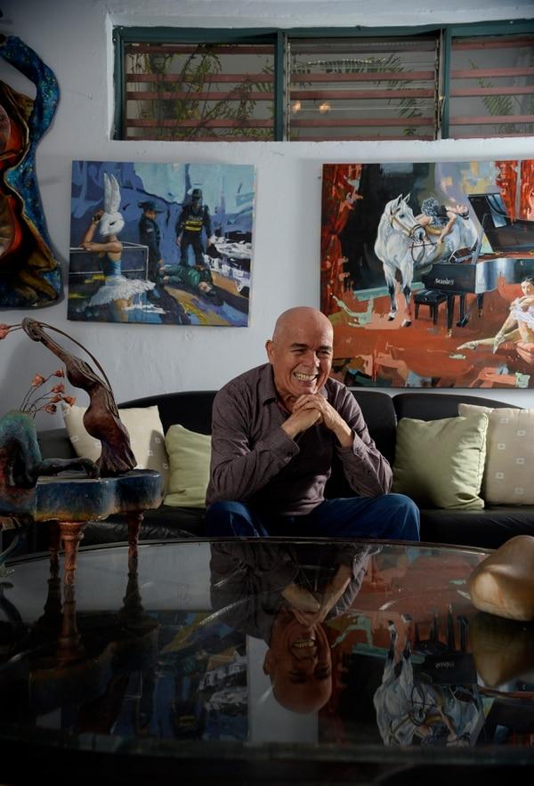Entre bailongos y playas se encuentra la sala de estar de Stanley, abajo de su taller. Su arte es un constante recordatorio de sí mismo. Fotos de Diana Méndez.