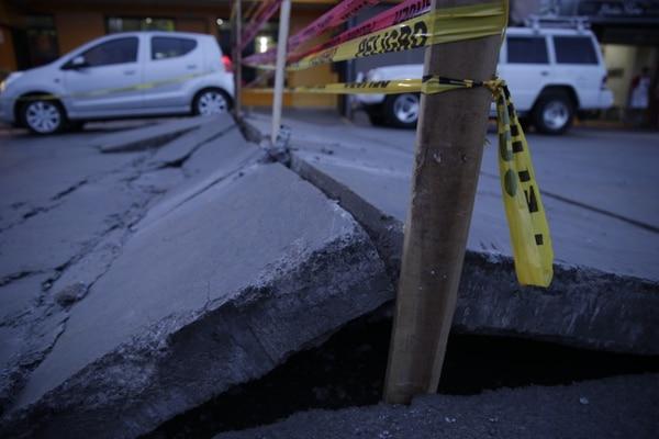 Las nuevas losas de concreto fueron colocadas por la municipalidad hace aproximadamente un año. Según los cálculos del gobierno local, el arreglo costará al menos ¢20 millones. Foto: Alejandro Gamboa Madrigal.