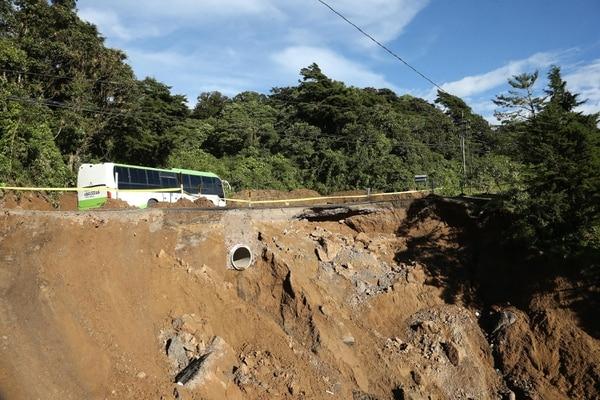 La Nación recorrió la carretera Interamericana Sur desde la Municipalidad de El Guarco, en el kilómetro 14,7 hay un hundimiento en el que las autoridades desgastaron la montaña para rehabilitar el paso de forma temporal