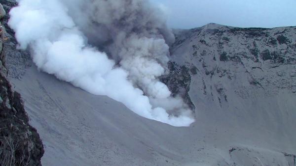 Esta es la erupción freática que se produjo ayer a las 12:45 p. m. y fue captada desde el mirador para turistas del Parque Nacional Volcán Turrialba. La parte oscura es ceniza, mientras que la clara, que asemeja humo, son gases, en especial, dióxido de azufre. Esta pluma se elevó aproximadamente un kilómetro y medio debido a que no había viento fuerte. | RAÚL MORA PARA LN.