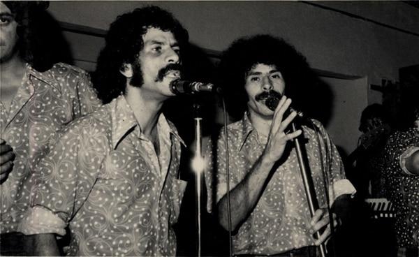 Los hermanos Gerardo y Víctor Ramírez, en una presentación de Los Hicsos en los 70. Aún hoy, la gente pregunta por ese nombre tan raro. | FOTO: ARCHIVO