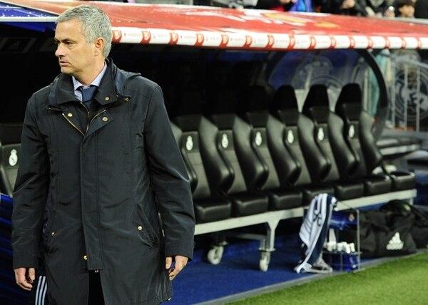 José Mourinho se quedó solo en el banquillo. Sin el apoyo del público y los líderes del Real Madrid, es poco probable que continúe en el cargo. | AFP