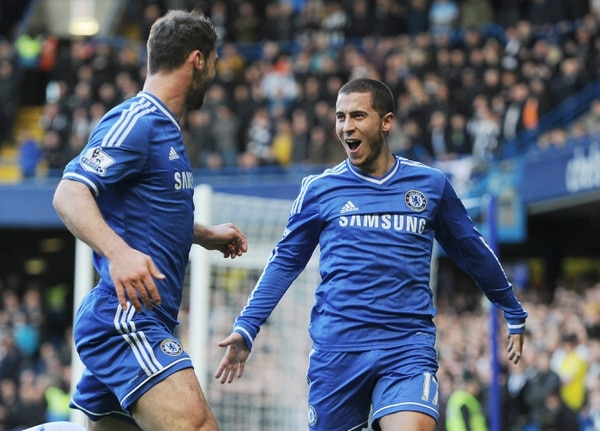 Eden Hazard (derecha), celebró uno de los tres goles con los que el Chelsea apaleó al Newcastle. Con el triunfo el Chelsea asume el liderato de la Premier League.
