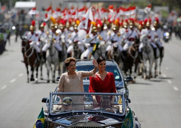 Fiel a la tradición, Rousseff, de 67 años y vestida con una falda y una blusa color crema de encaje, abordó un Rolls-Royce descapotable de 1952 y recorrió, sonriente junto a su hija Paula, la vía de la explanada de los ministerios rumbo al Congreso, donde tomará juramento.