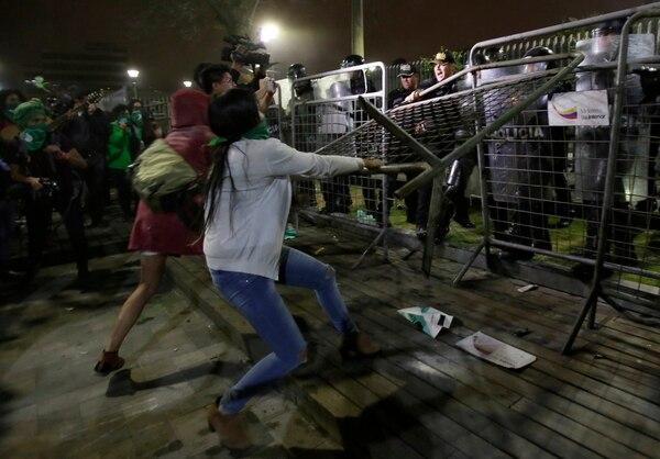 Mujeres se enfrentaron con la Policía -el martes 17 de setiembre del 2019, en Quito- después de que los congresistas rechazaron un proyecto de ley para despenalizar el aborto en casos de violación o malformación del feto.