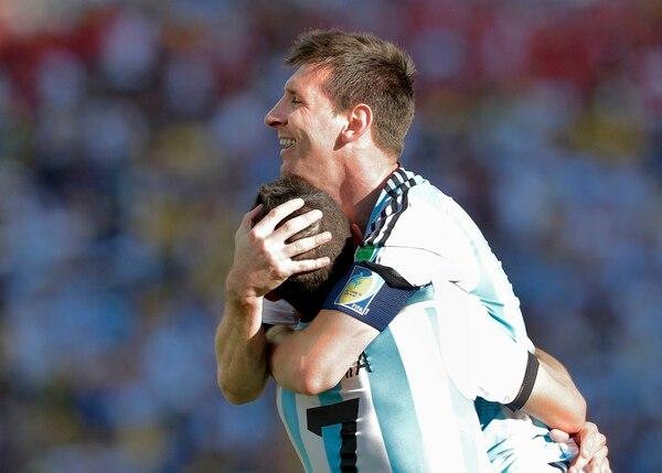 Lionel Messi celebra con Ángel Di María, quie anotó el tanto con que Argentina venció a Suiza.