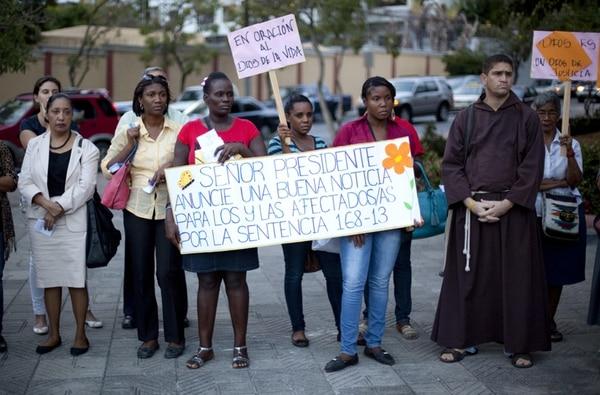 Personas protestaron el jueves frente al Palacio Nacional, en Santo Domingo, para exigir una solución legal para los desnacionalizados. | EFE.