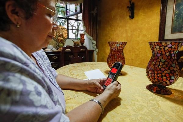 Noily Quirós utilizó ayer el teléfono fijo en su casa en Tibás. El alza en el costo de este servicio fue la más importante en noviembre respecto a octubre. En ese mes también subieron el tomate y la papa, pero bajaron la gasolina, la electricidad y la pintura. | JORGE ARCE