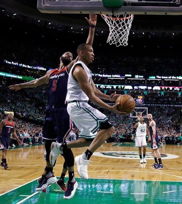 Avery Bradley, de los Celtics, elude a Markieff Morris y busca la anotación en el partido disputado anoche en Boston. | AP