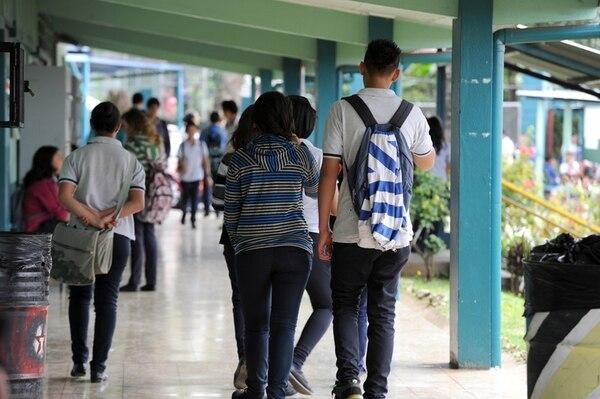 Unos 690 alumnos asisten al Liceo El Roble, en Santa Bárbara de Heredia. Su director Verny Quirós dijo que, desde la muerte de la estudiante, organizaciones como DARE y el ICD se acercaron para ofrecer asistencia. | ALONSO TENORIO