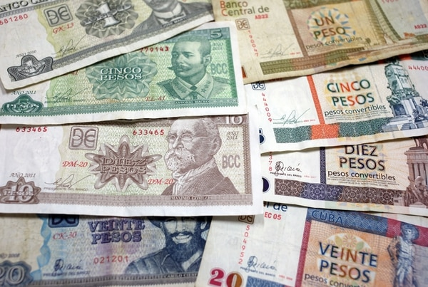 Vista de algunos billetes cubanos, unos de CUP (izquierda) y otros de CUC (derecha).