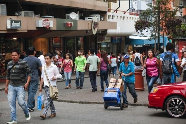 Peatones caminan frente a los comercios de la avenida central, en San José. La confianza de los consumidores llegó a su punto más bajo desde el 2008; empleo y clima de negocios preocupan a las familias. | JORGE ARCE