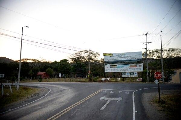 Hasta este cruce llegarán los corredores de 21 kilómetros. Aquí, en el cruce de la salida de Brasilito, está el retorno de esta distancia. Foto: Diana Méndez