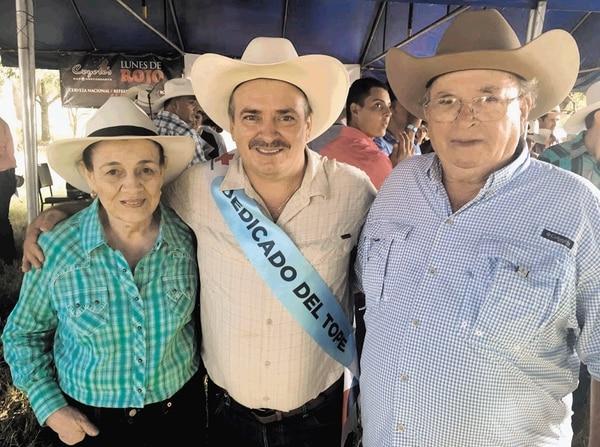 Oscar Ramírez, el mero mero de la 'Sele', fue acompañado por sus padres, doña Ana Marra y don Oscar, el fin de semana, cuando fue el dedicado de su amado pueblo natal, Belén.