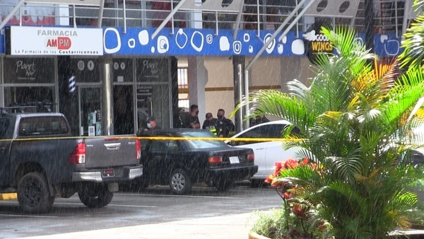 A plena luz día y en medio de la lluvia, dos sujetos en moto llegaron a este centro comercial en Concepción de La Unión para cometer el homicidio y escapar. Foto: suministrada por Keyna Calderón.