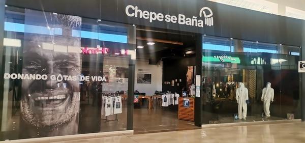 La tienda solidaria de Chepe se Baña cuenta con un amplio espacio en Multiplaza Escazú. El local está a mano derecha de las escaleras que llevan a la plaza de comidas. Foto: Mauricio Villalobos