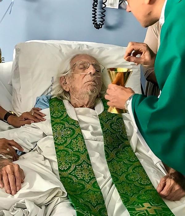 Ernesto Cardenal recibió la comunión durante una misa que ofició el nuncio apostólico, Stanislaw Waldemar Sommertag,en el hospital donde yace internado, el domingo 17 de febrero del 2019.