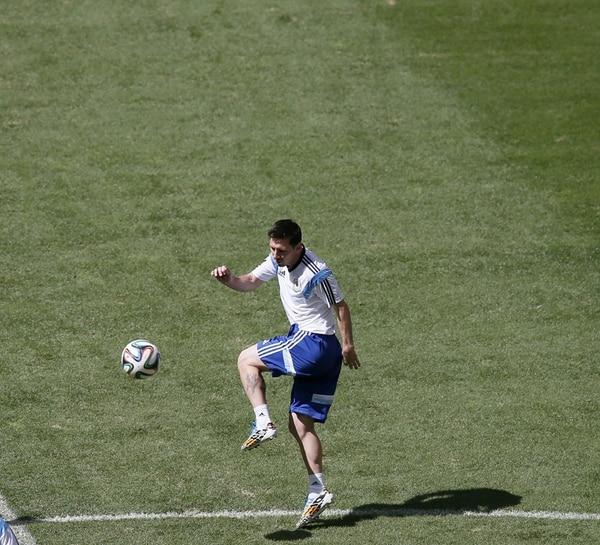 Malabares y toques de balón propios de su clase mostró Lionel Messi ayer durante la práctica en el Estadio Nacional de Brasilia. | EFE