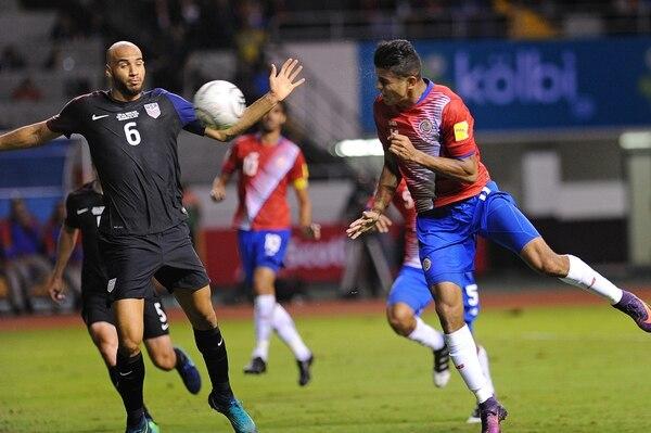 Johan Venegas se adelanta a John Brooks para anotar el primer tanto de la Selección, anoche. El tico fue punto alto, pese a que muchos no lo veían de titular. | MELISSA FERNÁNDEZ
