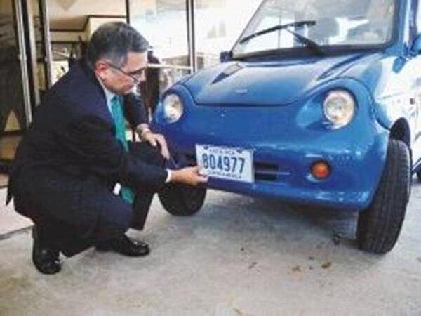El ministro de Ambiente y Energía, René Castro, colocó a varios autos el distintivo que identificará a los vehículos híbridos y eléctricos, para que puedan transitar por San José libres de la restricción vehicular | DIANA MÉNDEZ.