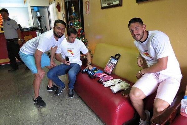 Los arqueros del Herediano, Adrián de Lemos, Daniel Cambronero y Leonel Moreira, están subastando sus guantes en sus páginas web y de Facebook, para recaudar fondos para ayudar a los upaleños.
