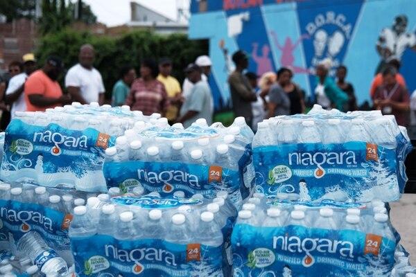 Un cargamento de agua embotellada fue entregado a un centro de recreación en Newark, Nueva Jersey, el martes 13 de agosto del 2019.