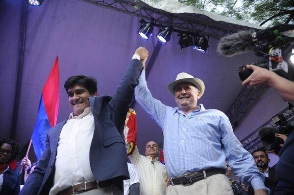 El mandatario Carlos Alvarado junto a Ottón Solís, fundador del Partido Acción Ciudadana (PAC), durante una actividad de cierre de la campaña que llevó a Alvarado a la presidencia.