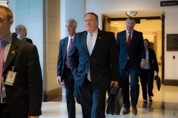 El director de la CIA, Mike Pompeo, se retira del Capitolio luego de reunirse con miembros del Comité de Inteligencia de la Cámara de Representantes. Pompeo fue citado para una audicencia el martes.