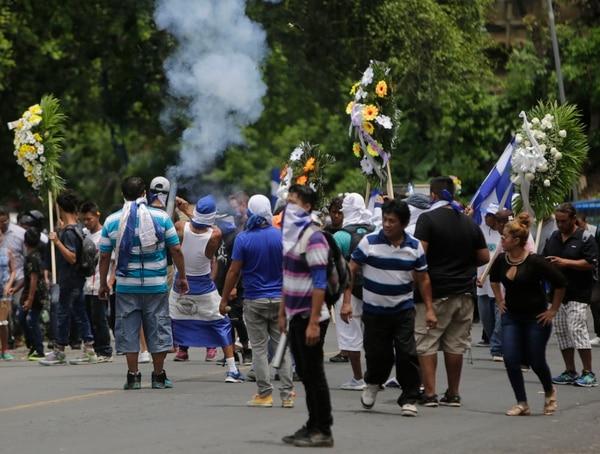 Amigos y familiares asistieron al funeral del estudiante Gerald Velázquez, quien fue asesinado por la Policía Nacional de Nicaragua en una iglesia, en Managua, el 16 de julio del 2018.