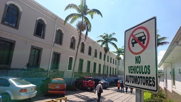 El 23 de febrero pasado, la Policía de Tránsito multó a varios conductores, quienes dejaron su carro en el bulevar de la Asamblea Legislativa.
