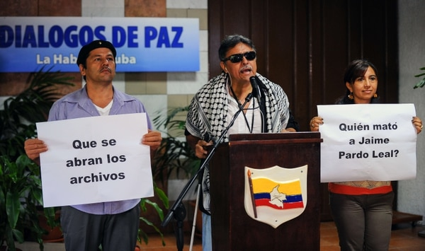Comandante de las FARC, Jesús Santrich ( centro ), lee una declaración en Palacio de Convenciones de La Habana durante las conversaciones de paz con el gobierno colombiano este martes.